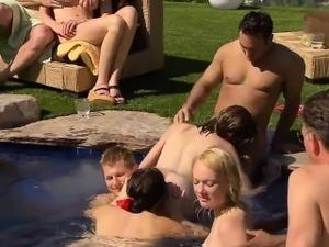 Пришел чистить бассейн секс фото 337-499