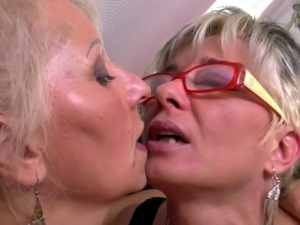 milf lesbian sex with daughter